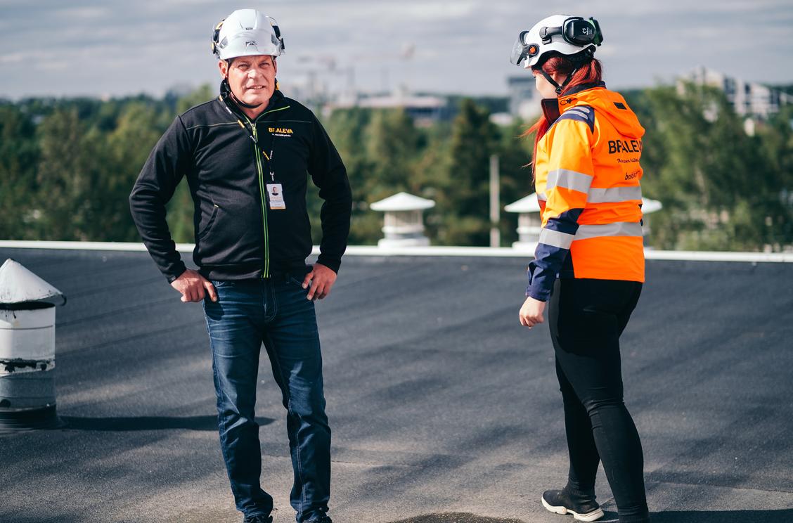 braleva tekniset isännöitsijät tarkastavat kattoa