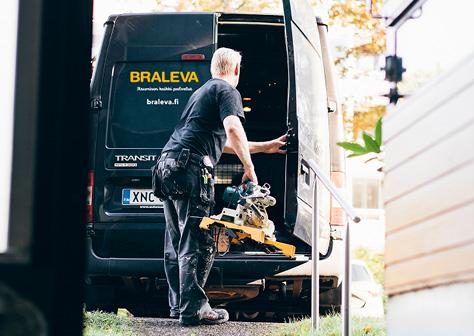 Bralevan remonttimies lastaa työkaluja huoltoautoon